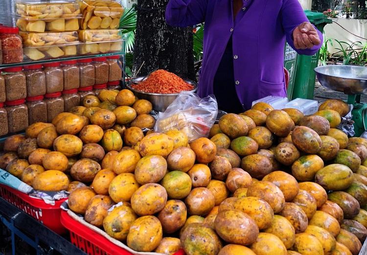 Ngày bán 30kg cóc xanh quanh phố cổ Hà Nội, người phụ nữ bỏ túi 15 triệu/tháng - 1