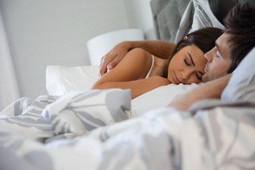Vợ chồng dù mặn nồng đến mấy cũng không ngủ kiểu này kẻo hại cả hai - 1