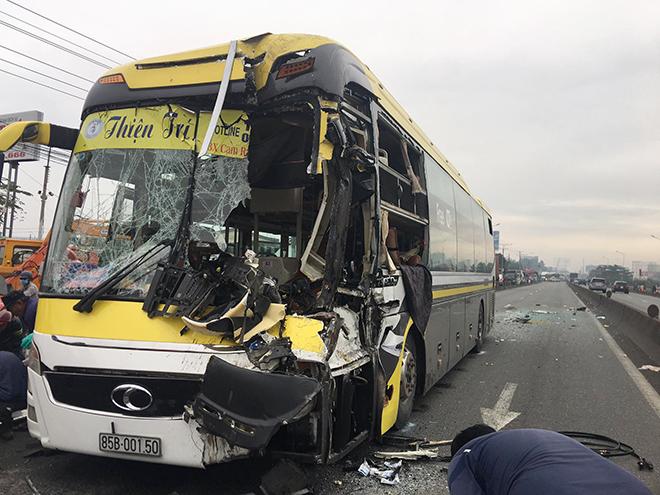 Tài xế xe khách chết trên vô lăng sau va chạm khủng khiếp với xe tải - 1