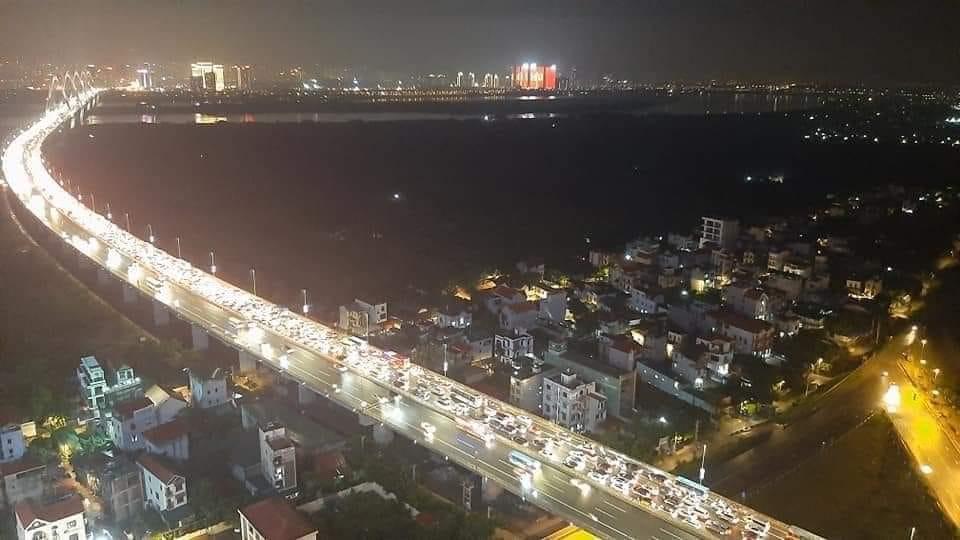 12 ô tô đâm liên hoàn trên cầu Nhật Tân, giao thông ùn tắc kéo dài - 1
