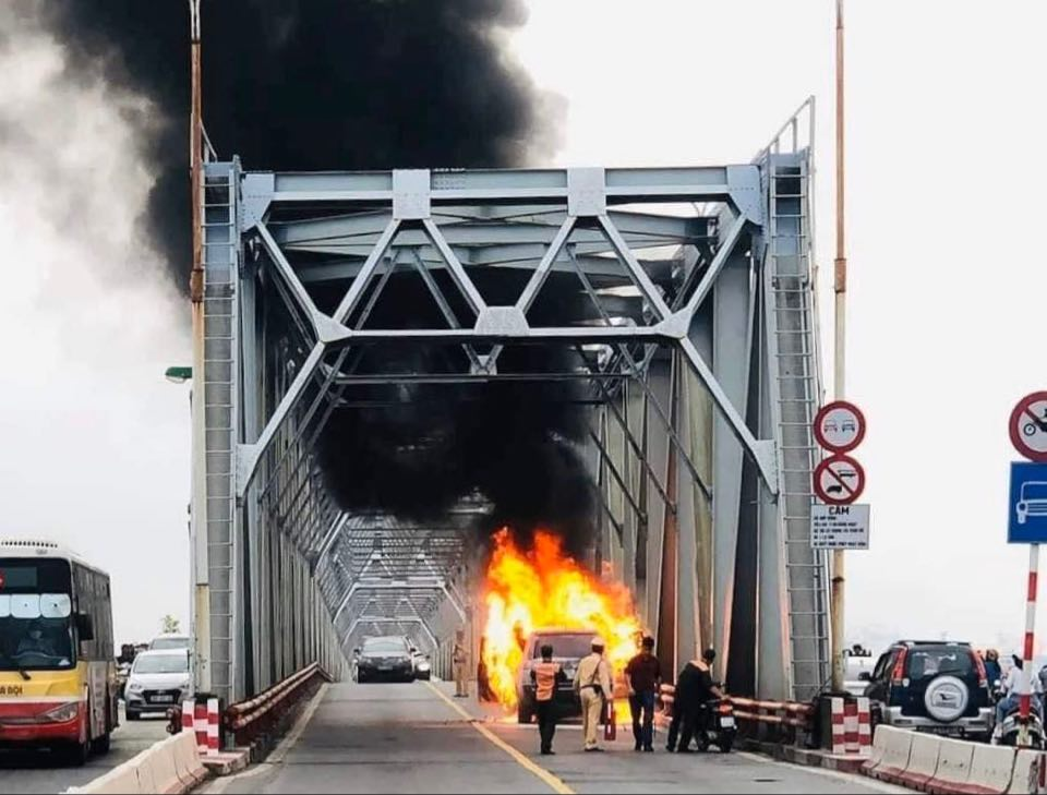 Xe Range Rover bốc cháy dữ dội trên cầu Chương Dương - 1