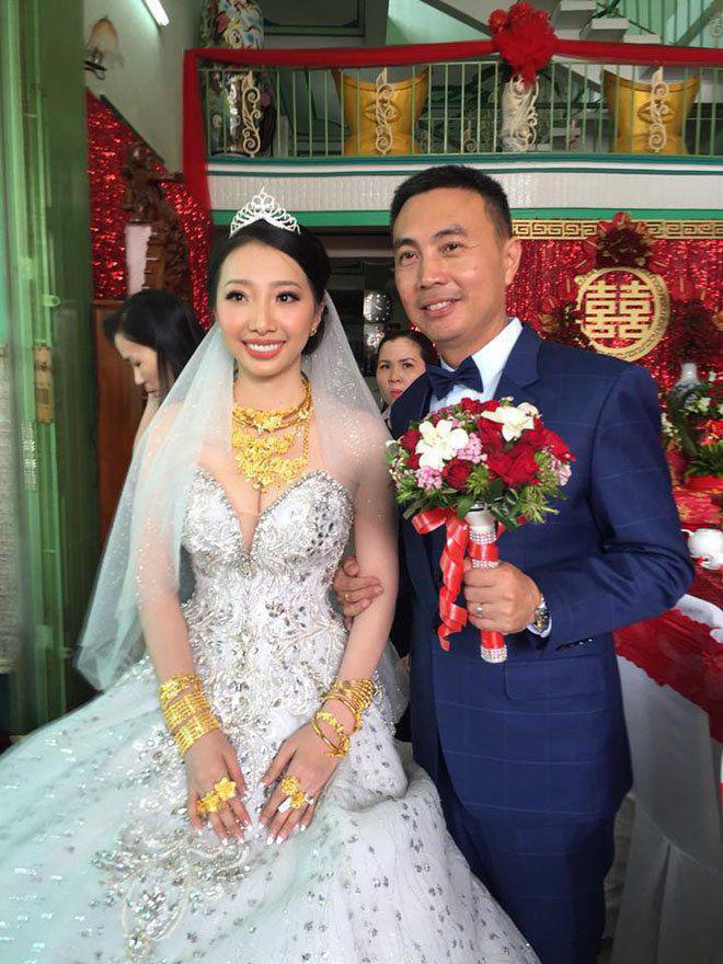 Cô dâu Hậu Giang đeo vàng trĩu cổ có cuộc sống như mơ sau 2 năm lấy chồng Singapore - 1