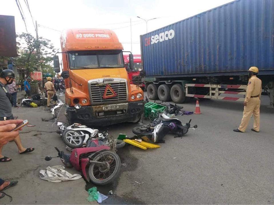 Xe container tông hàng loạt xe máy, 6 người bị thương - 1