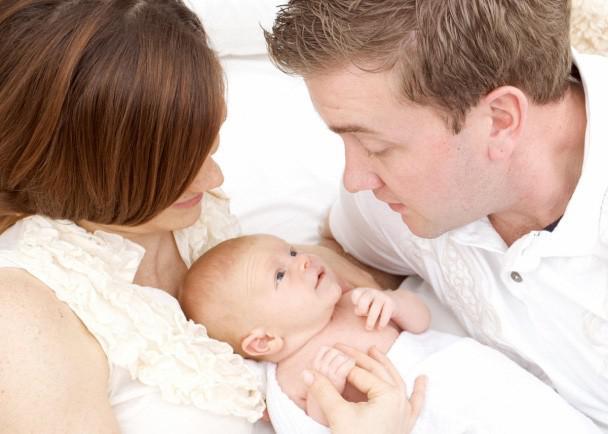Vợ bẽ bàng khi sinh con xong, chồng chỉ yêu con, không ngó ngàng tới vợ - 2