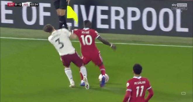 Sững sờ Mane đánh nguội cầu thủ Arsenal không bị đuổi, VAR lại gây tranh cãi - 1