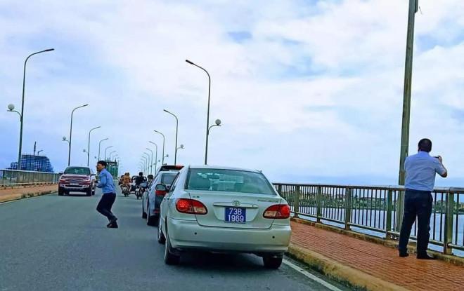 Thứ trưởng Nguyễn Đình Toàn lên tiếng về đoàn xe biển xanh dừng trên cầu Nhật Lệ - 1