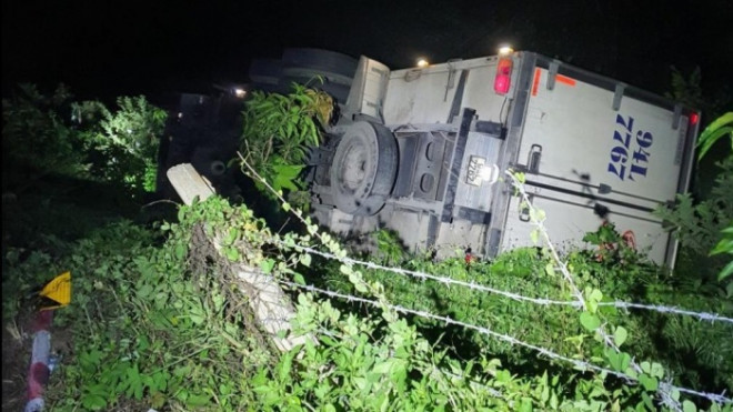 Dừng xe đi vệ sinh, tài xế bị xe tải tụt dốc đè tử vong thương tâm - 1