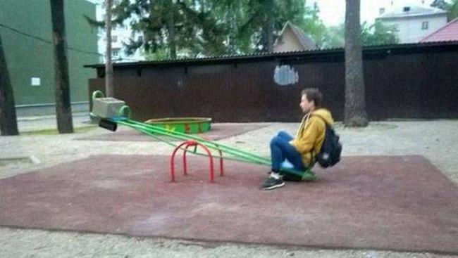 Một mình thì cũng sẽ nghĩ ra được cách để chơi thôi.