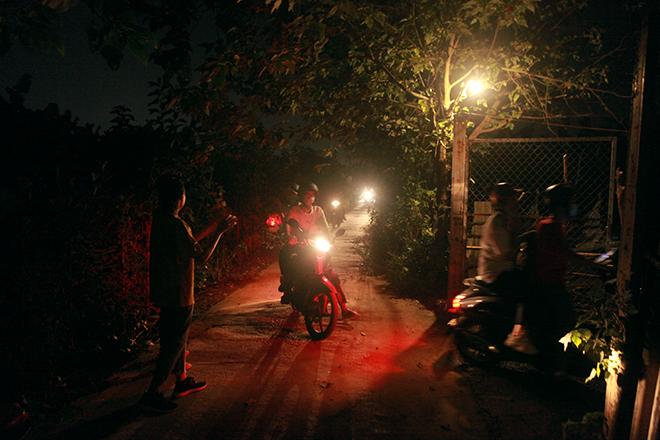 Nụ cười tươi rói của những đứa trẻ ở bãi giữa sông Hồng trong đêm phá cỗ Trung thu - 1