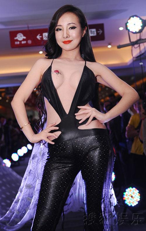 Gan Lulu khoe bầu ngực dán hình xăm - 1