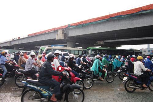 Mưa lớn gặp triều cường, Sài Gòn ngập nặng - 1