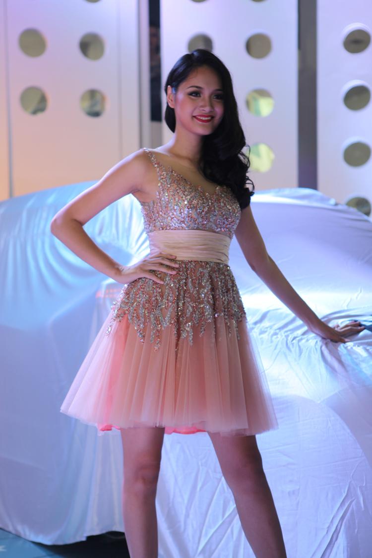 Hoa hậu Hương Giang trong bộ váy màu hồng nhạt đính đá khá càu kỳ nở nụ cười rạng rỡ, khi xuất hiện bên gian hàng Mercedes-Benz tại triển lãm Vietnam Motor Show 2012 vừa qua.