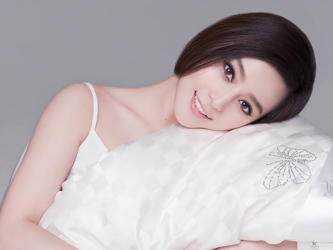 Phạm Băng Băng vẫn luôn giữ được một làn da trắng hồng mịn màng dù người  đẹp thường xuyên phải đóng phim ngoài trời giữa mùa đông lạnh giá hay  mùa hè nóng bức.