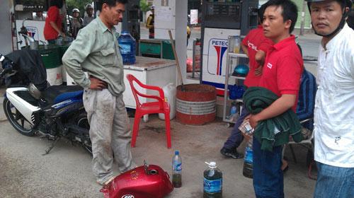 Hàng trăm xe chết máy vì xăng pha nước - 1