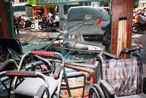 TPHCM: Xe cháy, người nước ngoài gây tai nạn - 1