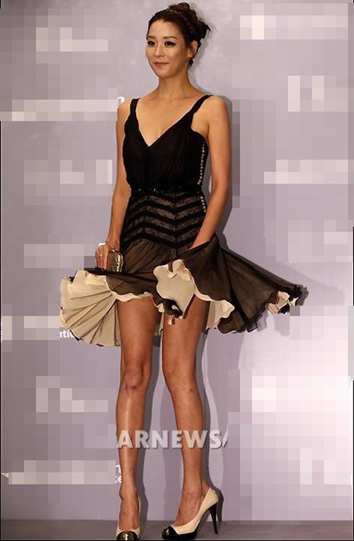 Người đẹp Hàn Quốc tung váy khoe chân - 1