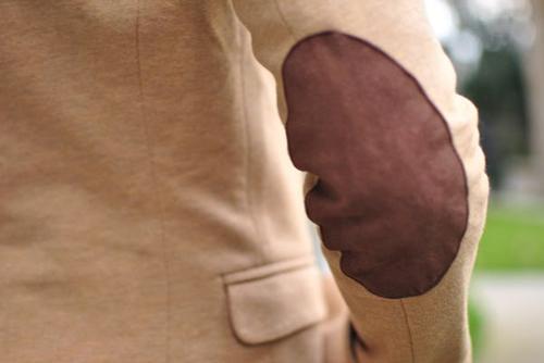 Cá tính với áo khoác vá khuỷu tay tự chế - 1