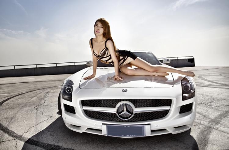Chiếc xe đã thực sự làm nền cho người đẹp tỏa sáng.