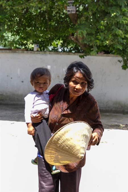 Bà ăn xin và cháu 2 tuổi: Sự thật nhói lòng - 1