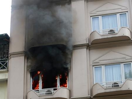 Khách sạn bốc cháy ngùn ngụt giữa Thủ đô - 1