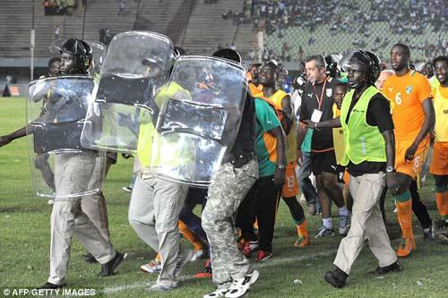 Cisse, Drogba, Toure hú vía vì bạo loạn - 1