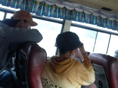 """""""Kỹ nghệ"""" móc túi khép kín trên xe buýt - 1"""