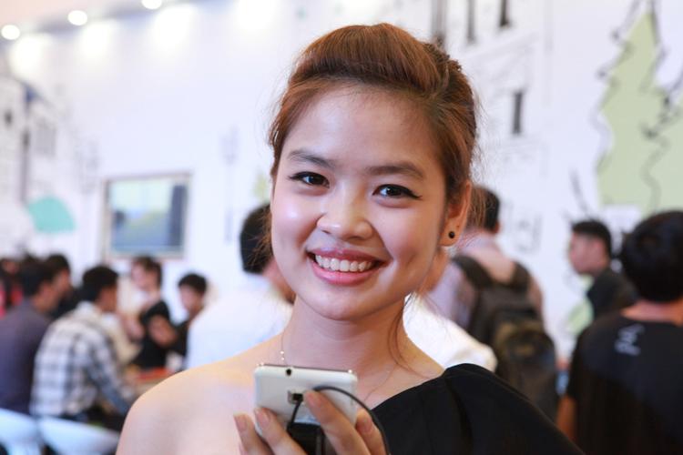 Đôi má lún đồng tiền khiến cho gian hàng Samsung mà cô làm đại xứ lúc nào cùng nườm nượp khách ghé thăm