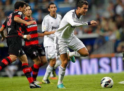 Kinh hãi Ronaldo rách chân, đổ máu - 1