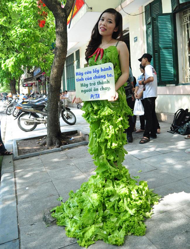 Đàm Thị Loan, cô sinh viên năm 4 Học viện Tài Chính Hà Nội với chiếc váy rau diếp bên cạnh Hồ Gươm.