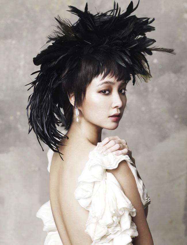 Lee Min Jung khoe lưng trần gợi cảm trong một phong cách trang điểm mới lạ, độc đáo.