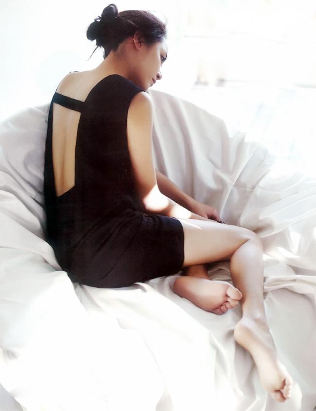 Một tấm lưng trần gợi cảm với hình ảnh man mác buồn của Moon Geun Young