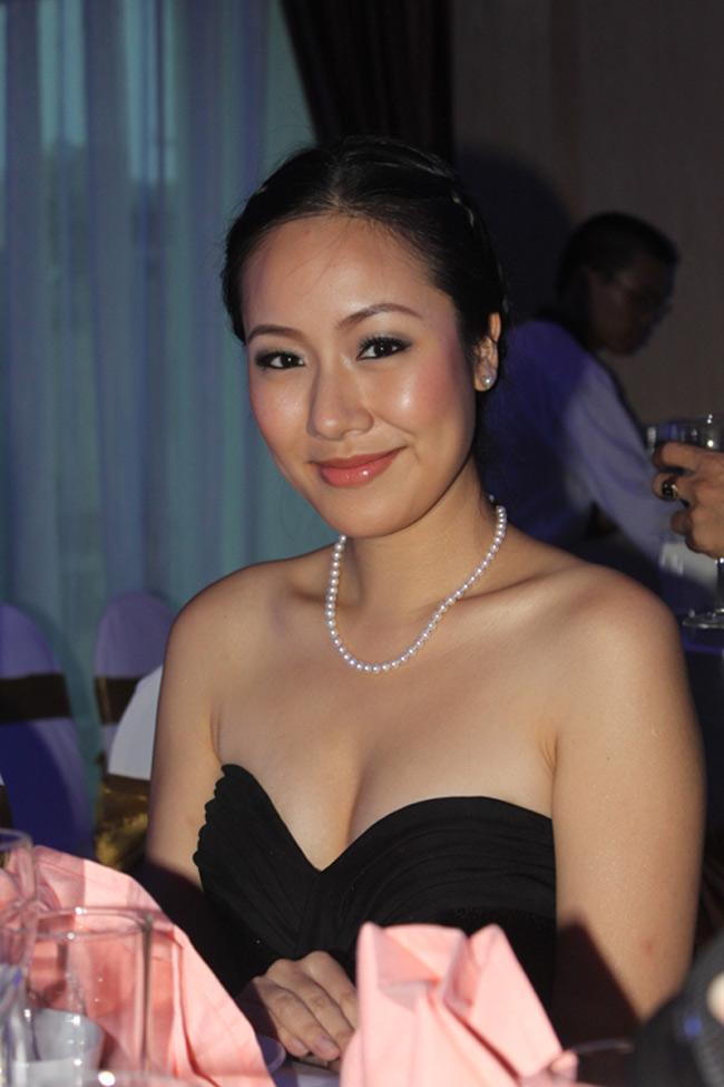 Hoa Hậu Ngô Phương Lan có vẻ mặt già dặn so với tuổi 25