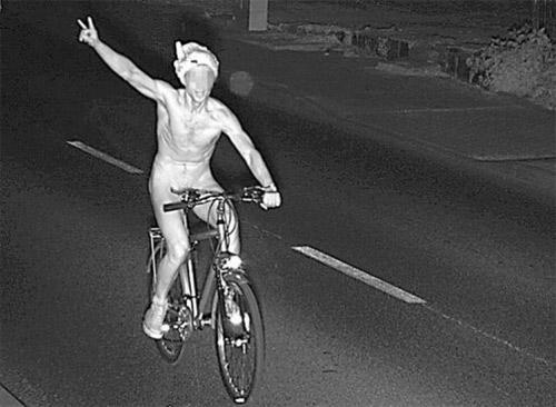Khỏa thân đội quần chip đạp xe - 1