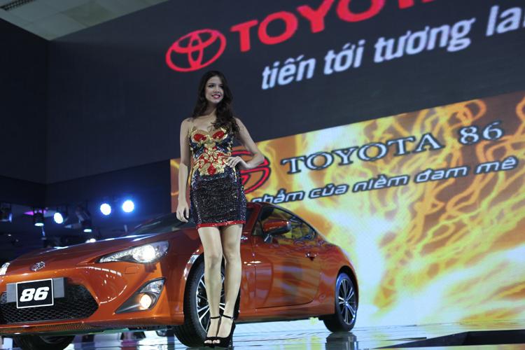 Với sự đầu tư mạnh dạn từ các hãng xe nước ngoài, không chỉ xuất hiện nhiều mẫu xe sang tại Việt Nam Motor Show 2012 vừa qua, mà còn có sự xuất hiện của những người mẫu ngoại quốc xinh đẹp và gợi cảm.
