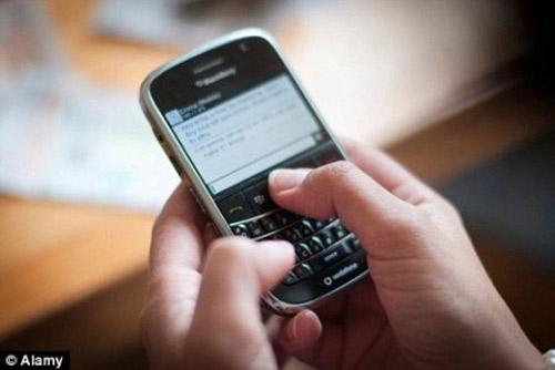 """Teen dùng điện thoại dễ """"quan hệ"""" sớm - 1"""
