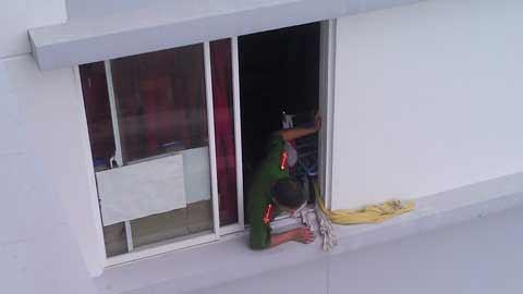 Trèo cửa sổ, bé gái rơi từ tầng 15 xuống đất - 1