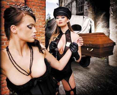 Người mẫu bán nude quảng cáo quan tài - 1