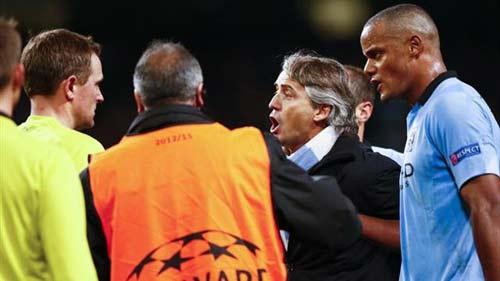 """""""Quây"""" trọng tài, Mancini thoát án phạt - 1"""