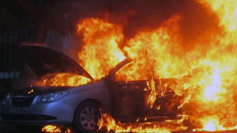 Hà Nội: Taxi phát nổ, bốc cháy ngùn ngụt - 1