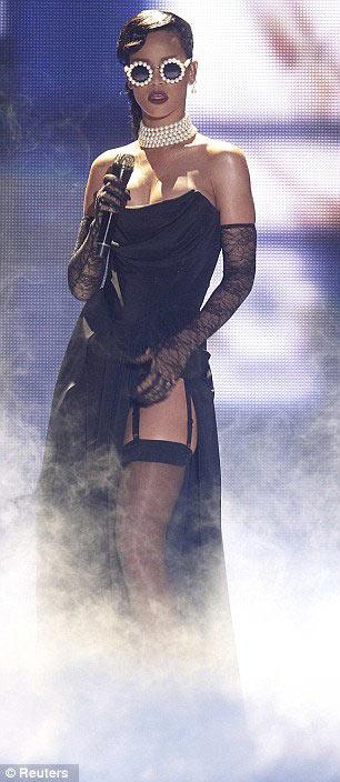 """Rihanna vô tư """"sàm sỡ"""" thiên thần nội y - 1"""