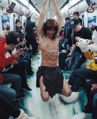 """""""Tarzan"""" múa cột trên tầu điện ngầm - 1"""