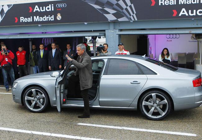 Huấn luyện viên trưởng của Real ông Mourinho bước xuống từ chiếc xe của mình