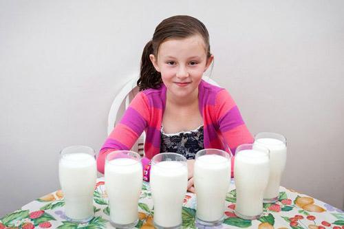 Bé gái sẽ chết nếu ngừng uống sữa - 1