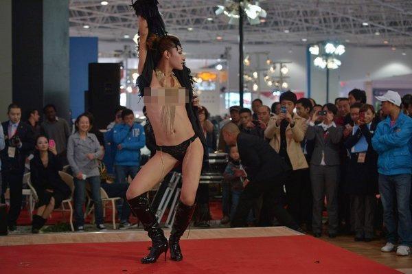 Người mẫu bán nude hôn rắn để câu khách - 1