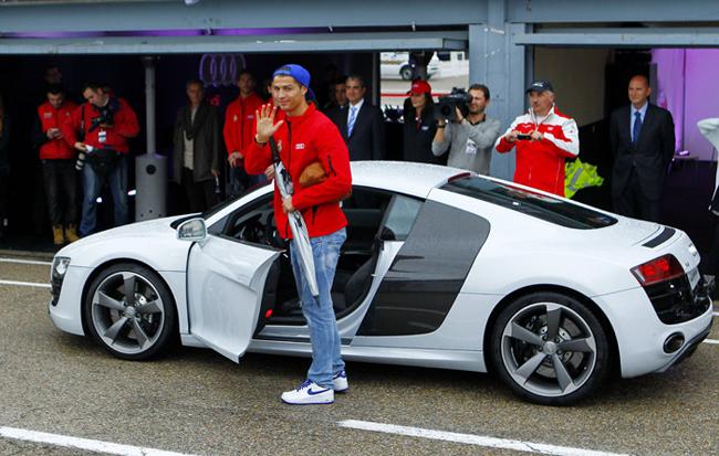 Tiền đạo Ronaldo cùng với các đồng đội của mình ở CLB Real Madrid vừa được hãng xe Audi của Đức 'biếu' không mỗi người một chiếc xe.