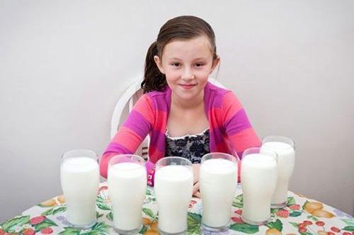 Cô bé chỉ sống được nhờ sữa - 1