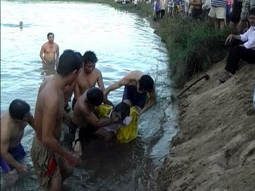 5 học sinh chết đuối: Tang thương xã nghèo - 1