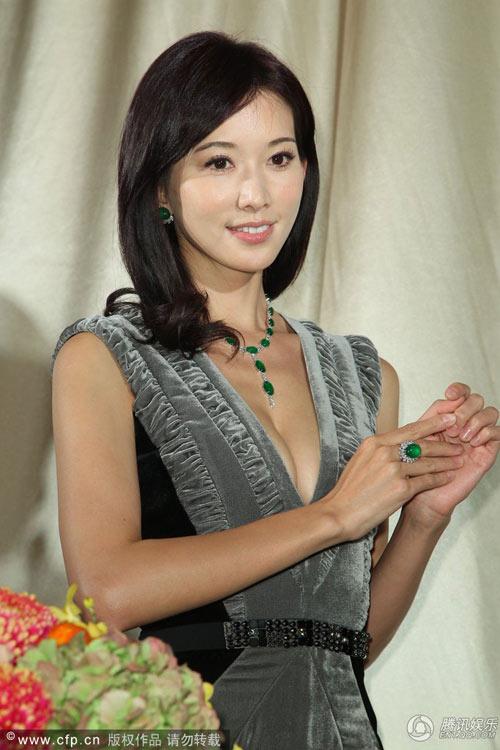 Lâm Chí Linh chèn ép bầu ngực chật - 1