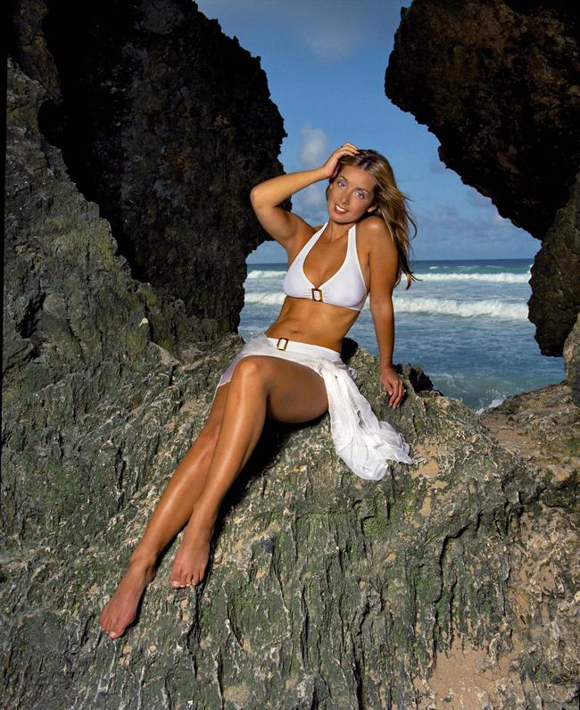 """Louise (sinh năm 1974) là một ca sĩ (nhóm nhạc 'Eternal') đã thu vén được rất nhiều thành công.  Những album đình đám của cô có thể kể đến như """"Naked"""", """"Women in me"""" hay  """"Elbow beach"""". Thậm chí năm 2004, Louise còn được tạp chí FHM ngợi ca  là người phụ nữ quyến rũ nhất thập kỷ. Dù đã có 14 năm làm WAG (kết hôn với Jamie Redknapp năm 1998) nhưng chưa bao giờ Louise tạo điều tiếng."""