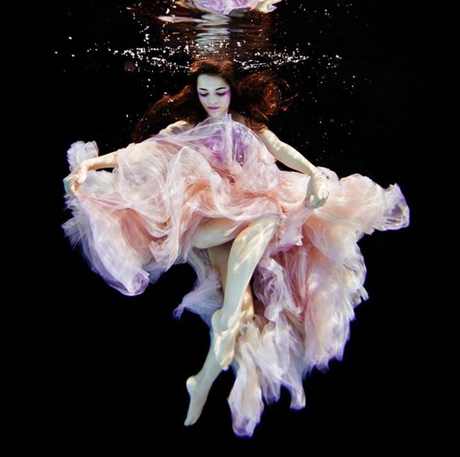 Người mẫu trẻ đang lên Elsa Bleda uốn lượn sexy như một nghệ sĩ múa thực sự dưới làn nước mát lành.